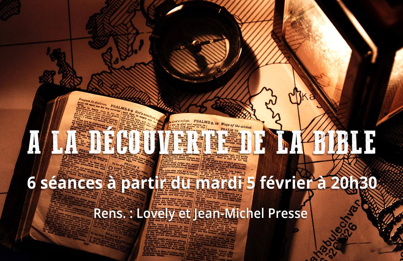 Bible ouverte, boussole et lanterne allumée